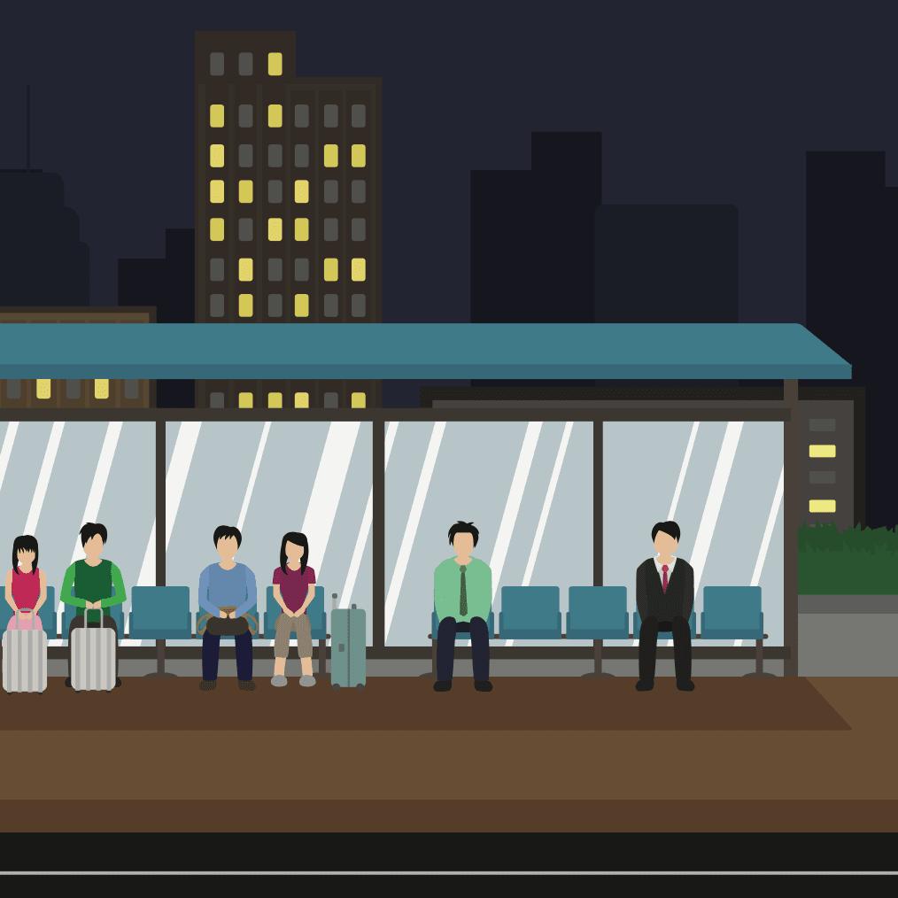Personas en una parada esperando por el Nochebus en la ciudad