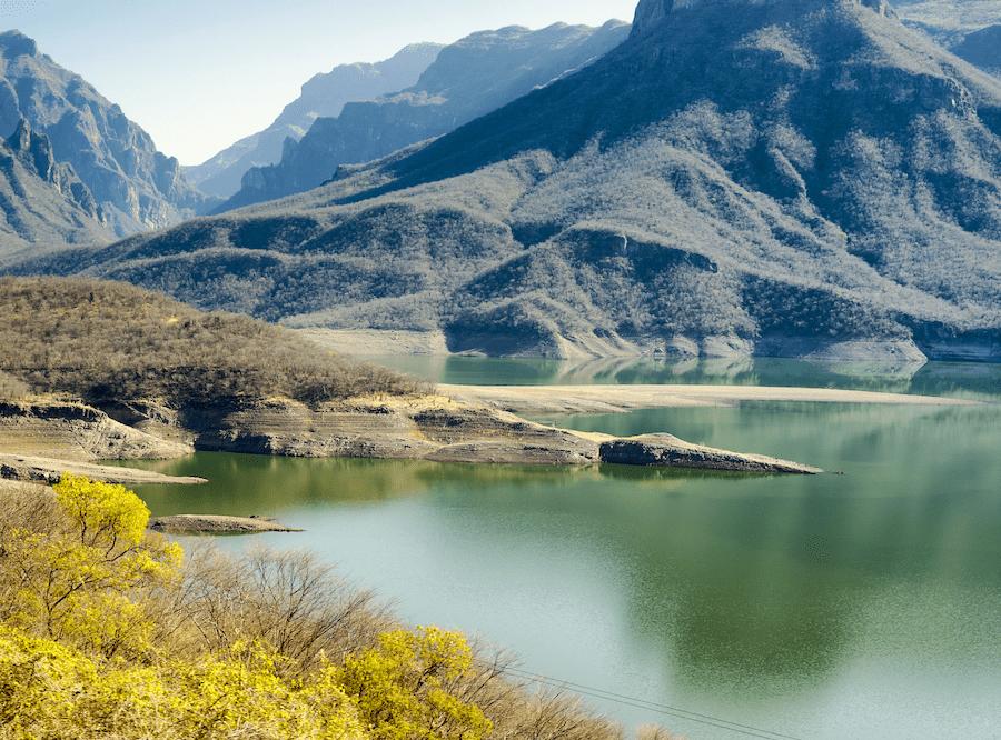 Lago entre las montañas en Barrancas del Cobre, Chihuahua
