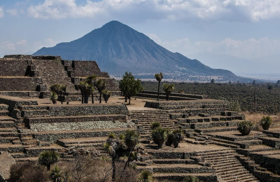 Paisaje de las ruinas arqueologicas de Cantona, Puebla con una montaña de fondo, magnifica vista para ir a bordo de un globo aerostatico en Mexico