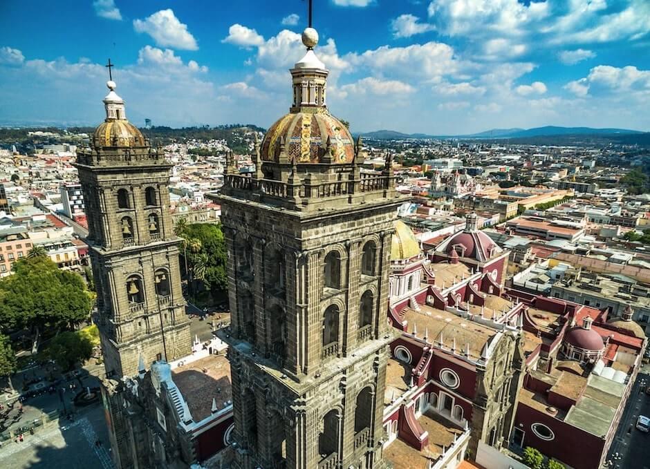Catedral y centro de Chignahuapan, Puebla observandos desde arriba, acompañados de un cielo despejado perfecto vuelos en globo en Mexico