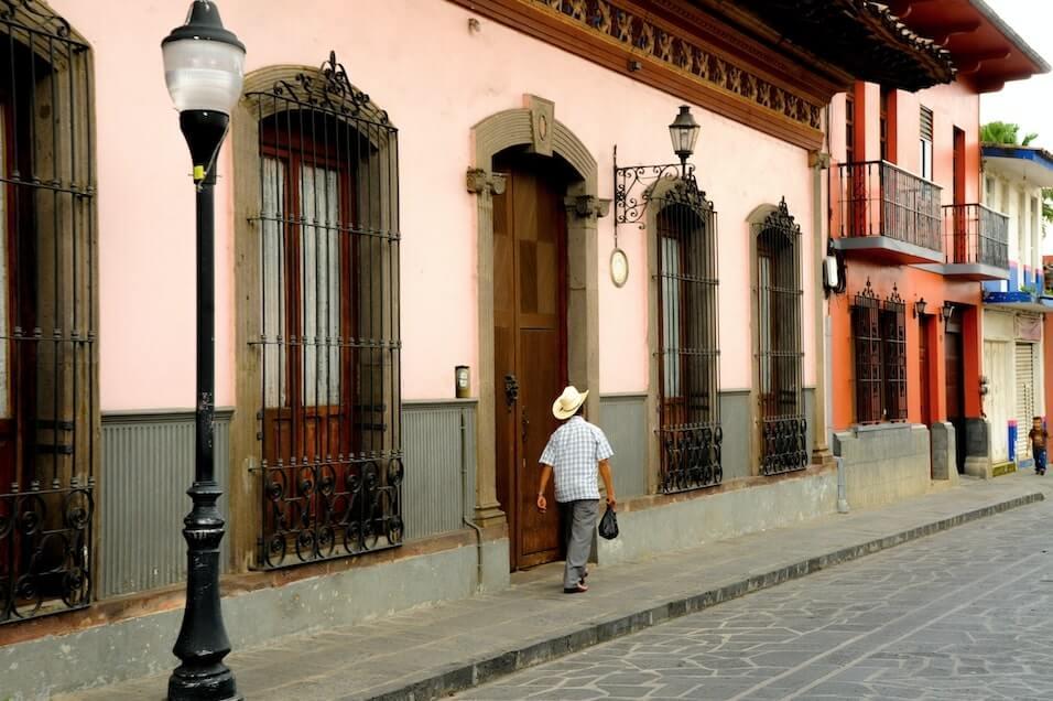 Hombre caminando por una calle de Coatepec Veracruz, uno de los pueblos magicos de Mexico