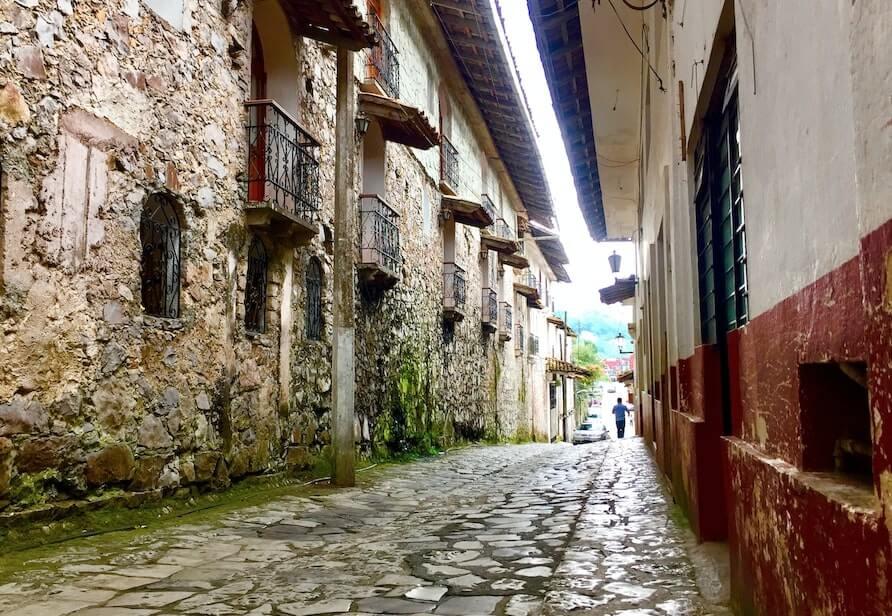 Calle empedrada de Cuetzalan, Puebla uno de los pueblos magicos menos conocidos de Mexico
