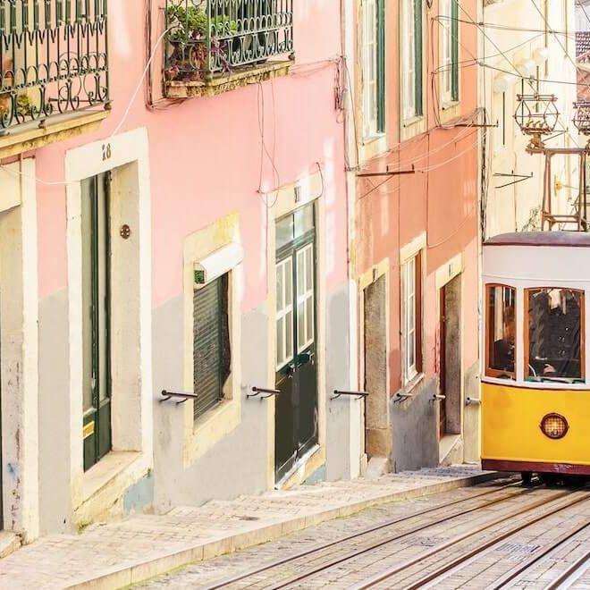 El tranvia de Lisboa, uno de los tranvias mas icónicos y conocidos del mundo, subiendo por las calles de Barrio Alto