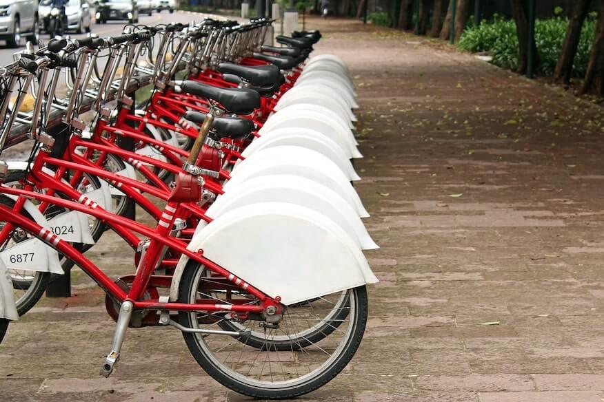 Estacion de bicicletas compartidas en un parque