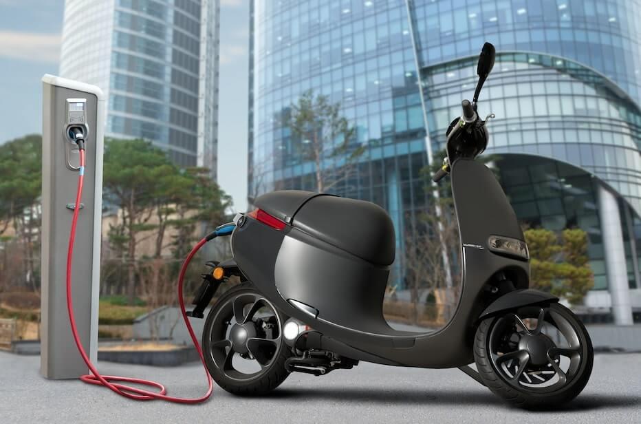Motocicleta electrica compartida, uno de los transportes alternativos de la CDMX cerca de una estacion de carga