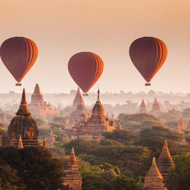 Globos aerostaticos en Bagan al amanecer, Myanmar