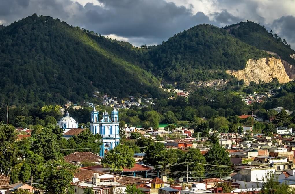 Iglesia en San Cristóbal de las Casas, Chiapas con montañas en el fondo