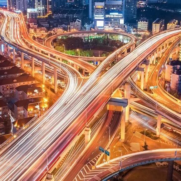 Vista de la infraestructura urbana y de transporte de una ciudad por la noche