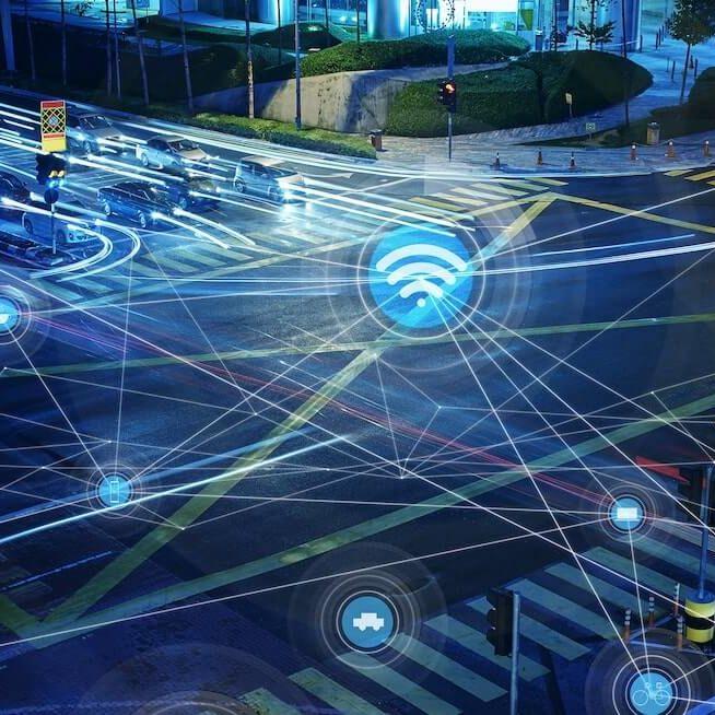Red de semaforos inteligentes en un cruce peatonal comunicandose con los vehiculos
