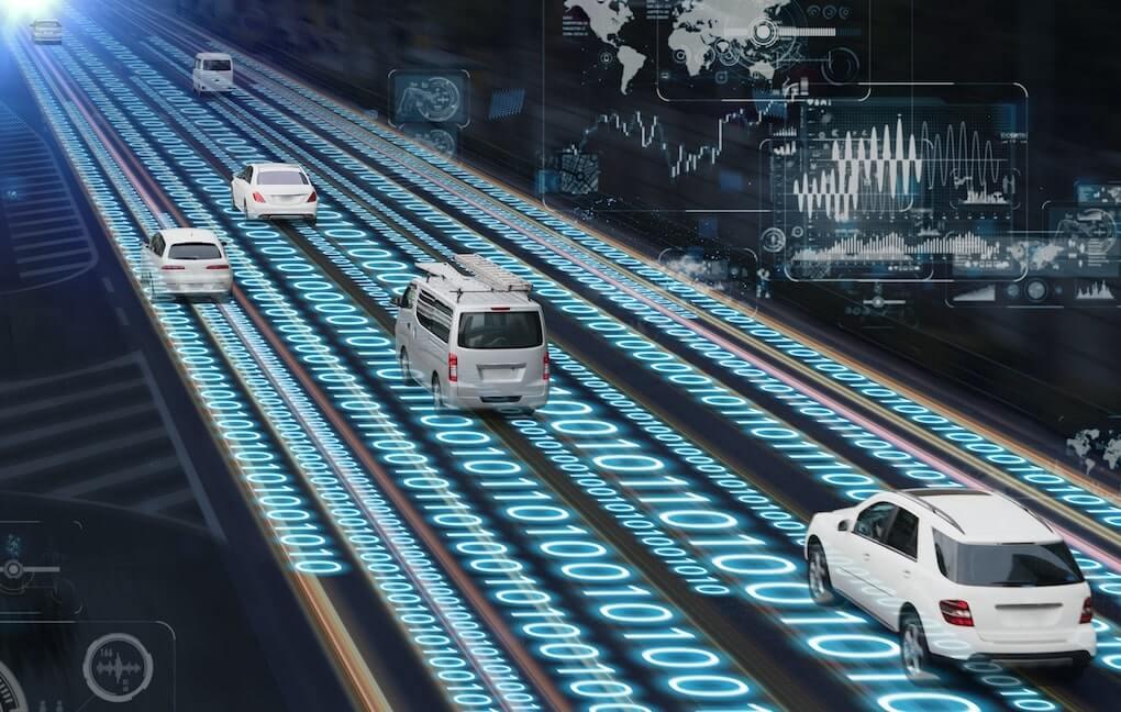 Concepto de una carretera inteligente o smart road que recolecta informacion de los vehiculos