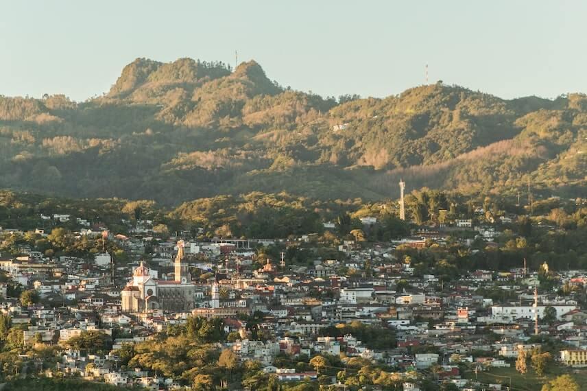 Fotografia panoramica de Cuetzalan, puebla con montanas al fondo