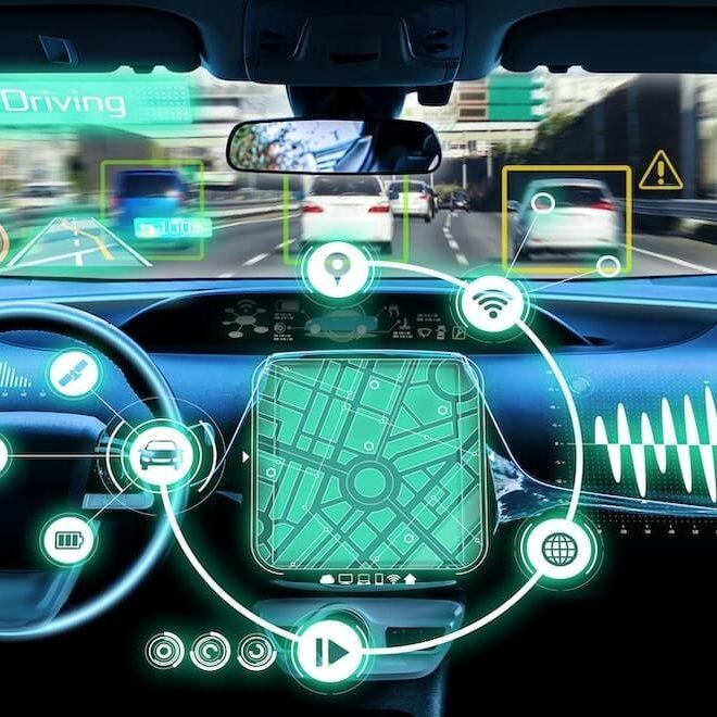 Vista interior en la cabina de un vehiculo autoconducido con iconos neon de varias funcionalidades