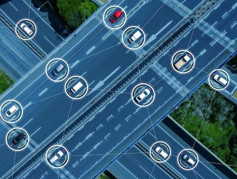 Concepto de vehiculos inteligentes en una carretera
